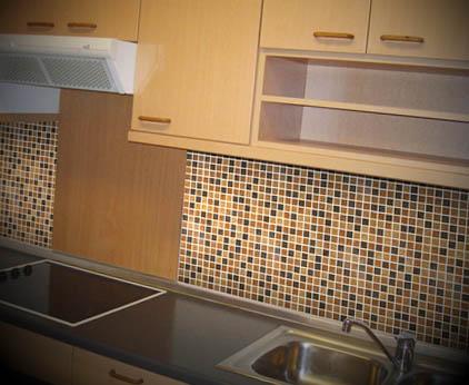 Cozinhas-decoradas-com-pastilhas-bege-e-marrom