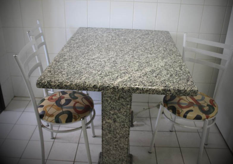 Mesa-retangular-em-granito-cinza
