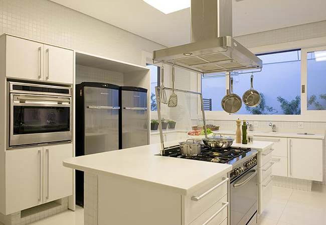 cozinha-americana-branca-com-ilha