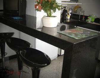 cozinha-com-mesa-de-granito