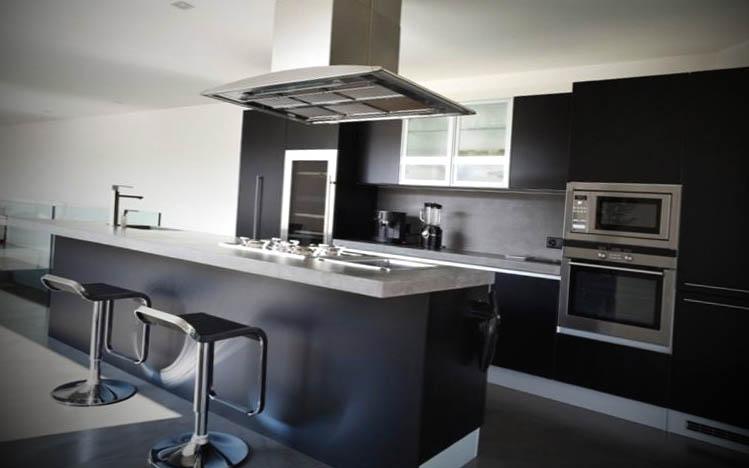 cozinha-preta-plenejada-com-ilha
