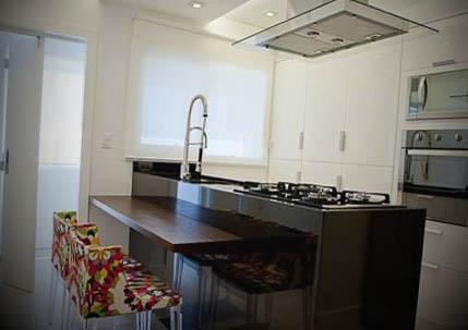 cozinha quadrada com ilha foto